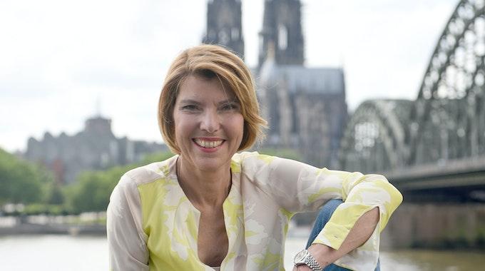 Die WDR-Moderatorin Bettina Böttinger posiert vor dem Kölner Dom.
