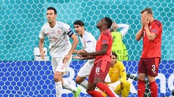 Denis Zakaria sackt nach seinem Eigentor im EM-Spiel gegen Spanien am 2. Juli zu Boden.