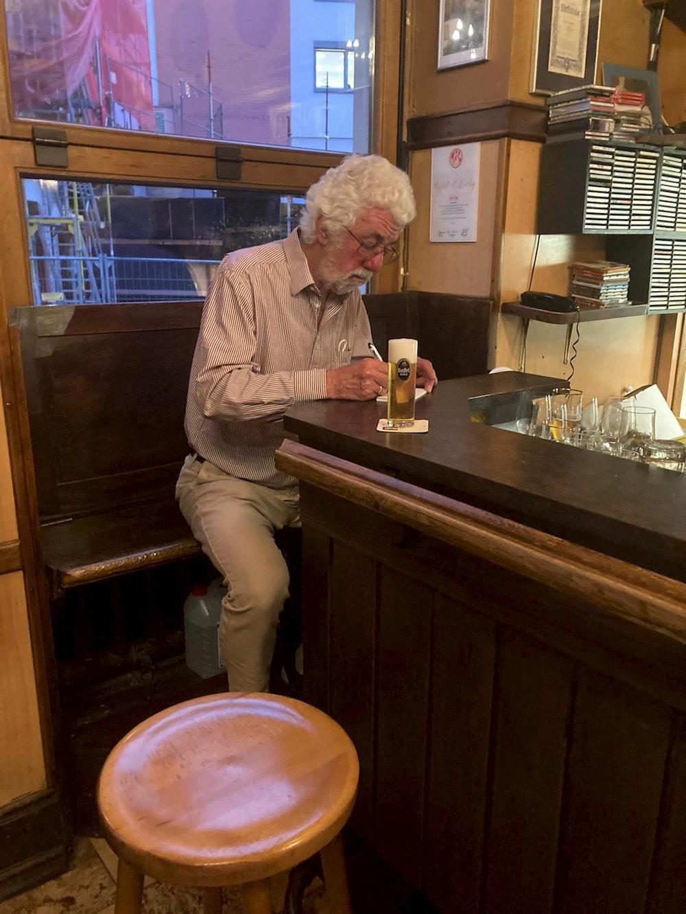 Kölner Rentner am Tresen in seiner Stammkneipe