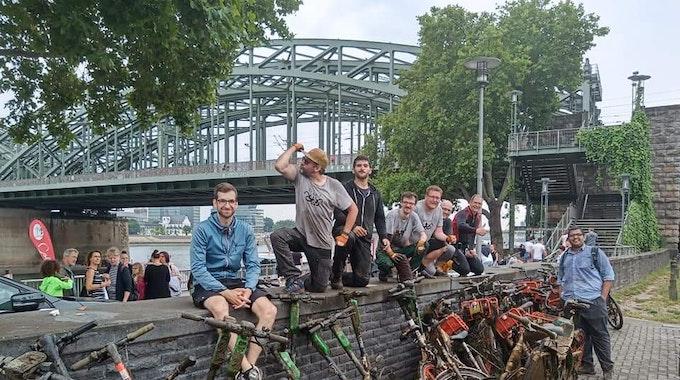 Das Team von Krake hat am 16.6.2021 E-Scooter und Räder aus dem Rhein geholt.