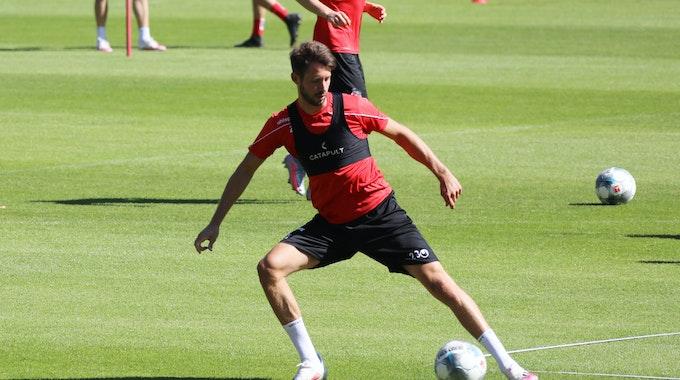 Mark Uth nimmt wieder das Training beim 1. FC Köln auf.