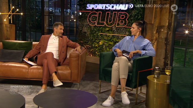 """Micky Beisenherz und Esther Sedlaczek sitzen im """"Sportschau Club""""."""