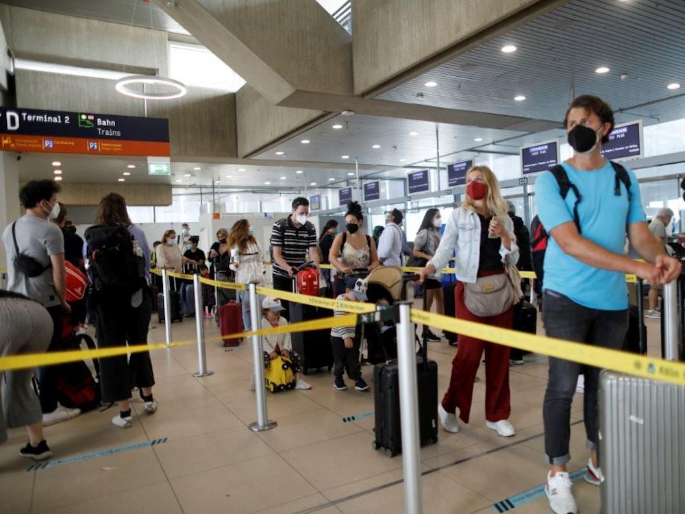 Fluggäste warten am Flughafen Köln/Bonn auf den Check-in.