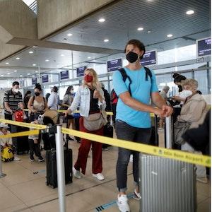Fluggäste warten am Flughafen Köln/Bonn auf den Check-in. Foto von Arton Krasniqi