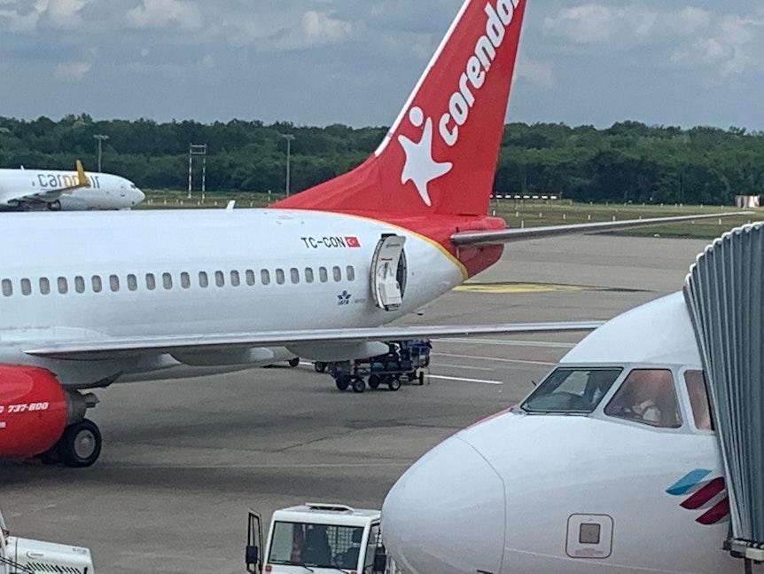 Flugzeug und Gepäck auf dem Flughafen Köln/Bonn.