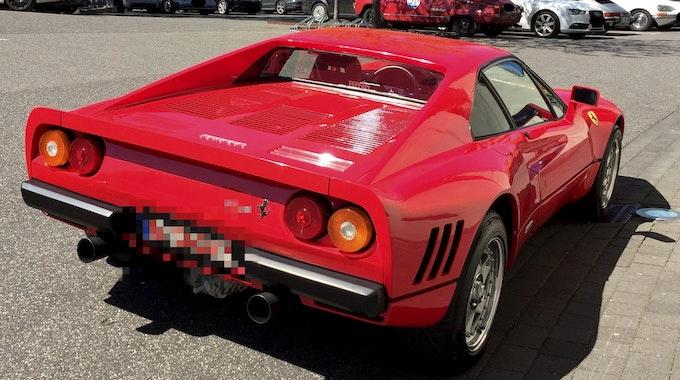 Der 2019 in Düsseldorf während einer Probefahrt gestohlene knallrote Ferrari 288 GTO.