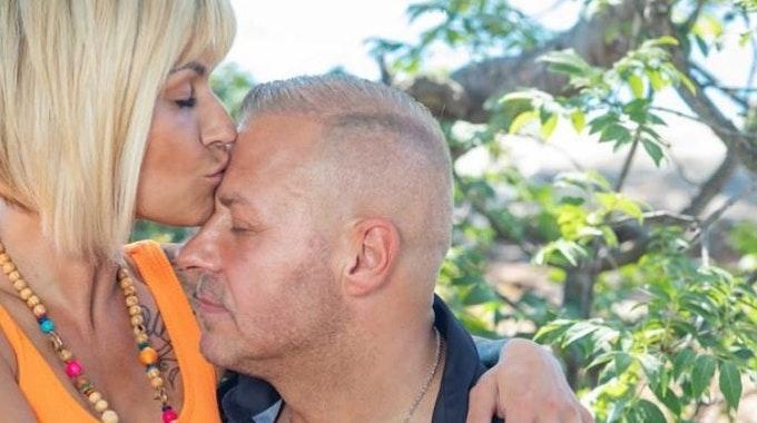 Jasmin Herren küsst Willi Herrens Stirn.