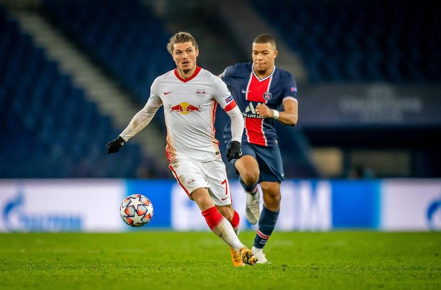 RB Leipzigs Marcel Sabitzer wird im Champions-League-Halbfinale 2020 von Kylian Mbappe (PSG) verfolgt.