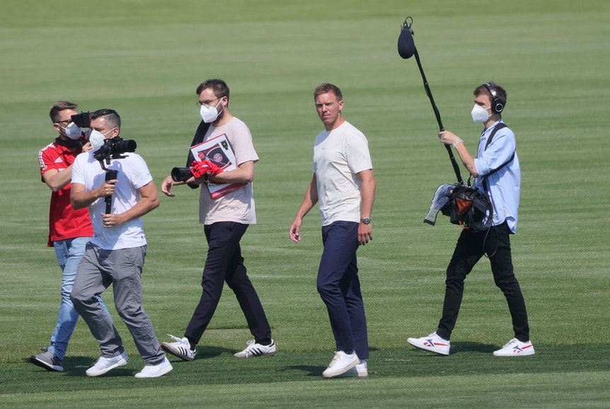 Ankunft beim FC Bayern vergangene Woche: Julian Nagelsmann (2.v.r.) steht sofort im Fokus.