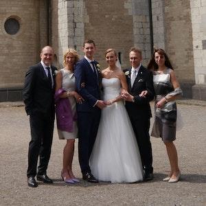 Glücklich nach der Trauung: Jörg und Andrea Schmadtke mit ihrem Sohn Nils und dessen Frau Xenia. Das Bild runden die Brauteltern Johannes und Lucia Gillrath ab (v.l.).