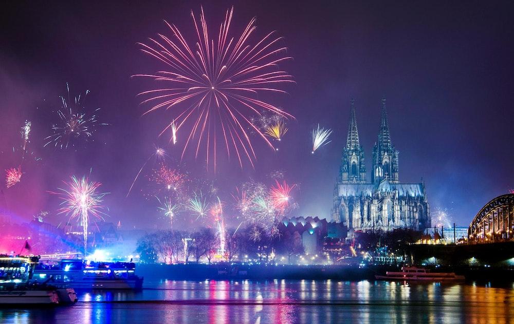 Feuerwerk über der Kölner Skyline.
