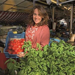 Vollblutlandwirtin und Schriftstellerin Martina Frason mit ihrem Lieblingsprodukt: Tomaten.
