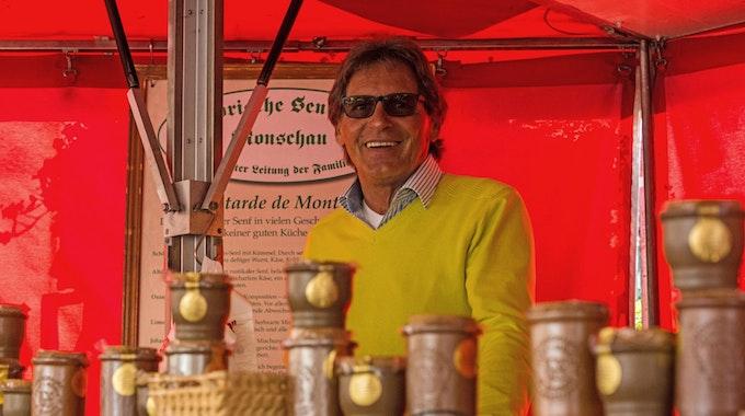 Auch nach 13 Jahren hat Norbert Specht sichtlich Spaß an der Arbeit auf den Kölner Wochenmärkten.