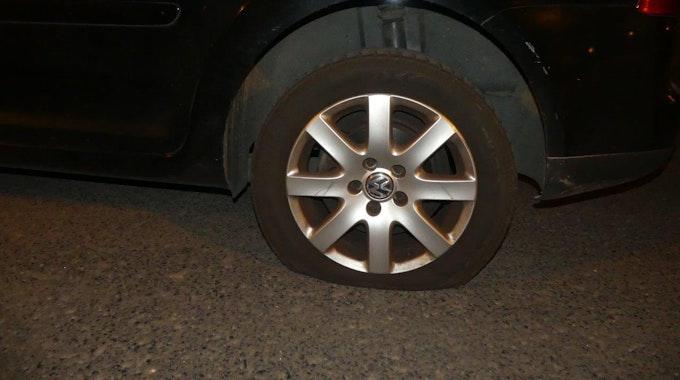Der Reifen eines Autos ist platt.