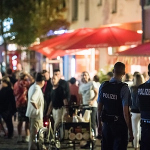 Polizisten beobachten Partyvolk
