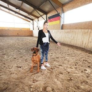 Alexandra Lamberz (21) zeigt in der Reithalle des Hofs die Stelle, wo Christine Wels lag.