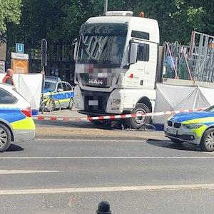 Nach dem tödlichen Lkw-Unfall im Mai 2020 mit einer Radfahrerin hat die Kölner Polizei die Unfallstelle am Friesenplatz in Köln abgesperrt.