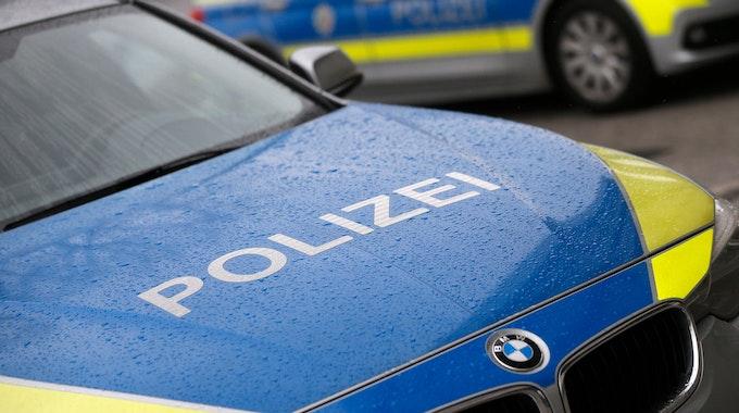 Polizeiautos sichern eine Einsatzstelle.