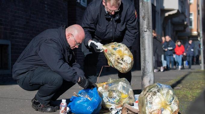 Polizei durchsucht Müll