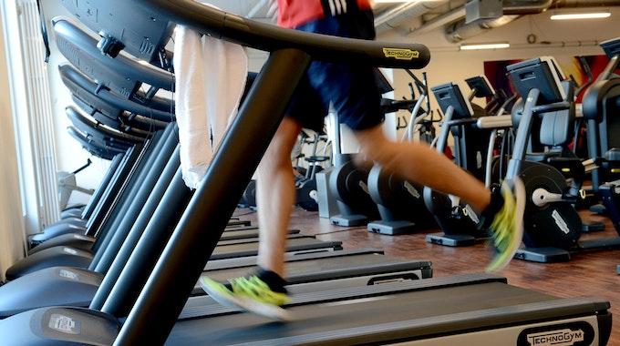 Ein Mann trainiert auf einem Laufband.