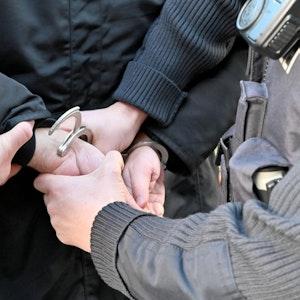 Polizeiliche Festnahme: Einem Mann werden Handschellen angelegt.