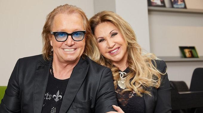Das Ehepaar Robert und Carmen Geiss sitzt bei einem Fototermin des TV-Senders RTLZWEI am 16. Januar 2018 auf einem Sofa.