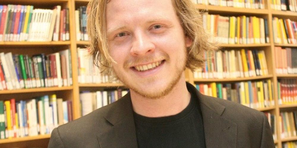 Markus Gabriel (30) in der Bibliothek in der Lennéstraße.