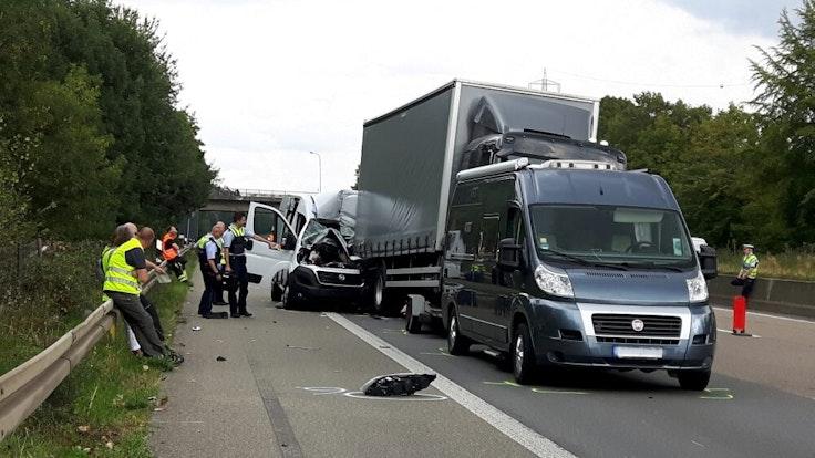Ein Transporter ist auf der A1 kurz vor dem Kreuz Leverkusen am Dienstagmittag (01. September) mit hoher Geschwindigkeit auf ein Stauende gefahren und krachte dabei in einen 12-Tonner. Der Fahrer des weißen Transporters starb noch an der Unfallstelle.