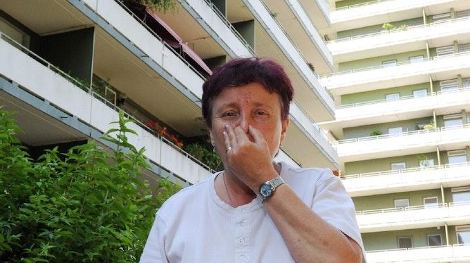 Hier riecht die Luft stellenweise richtig übel. Wie Helga Rokohl leiden viele Bewohner des Wohnparks Rodenkirchen (im Hintergrund) über heftigen Kanalgeruch.