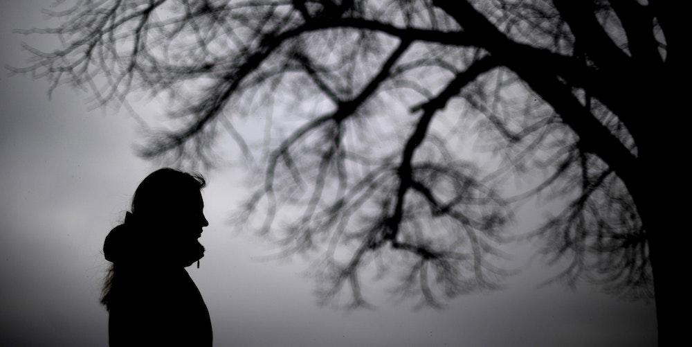 Psychische_Erkrankung__Mensch_Bäume_dunkel