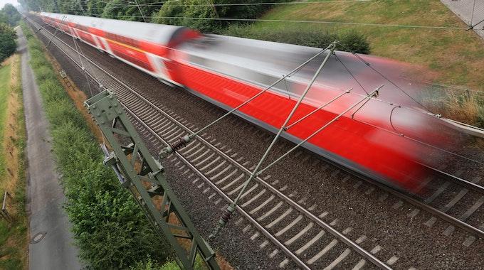 Ein Zug rast über die Gleise.