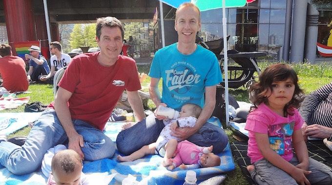 Axel Haase (links) und Jürgen Haase (rechts) mit ihren drei Töchtern Jasmin (4) und den Zwillingen Anna und Alisha beim Picknick. Diese Aufnahme stammt aus dem letzten Sommer.