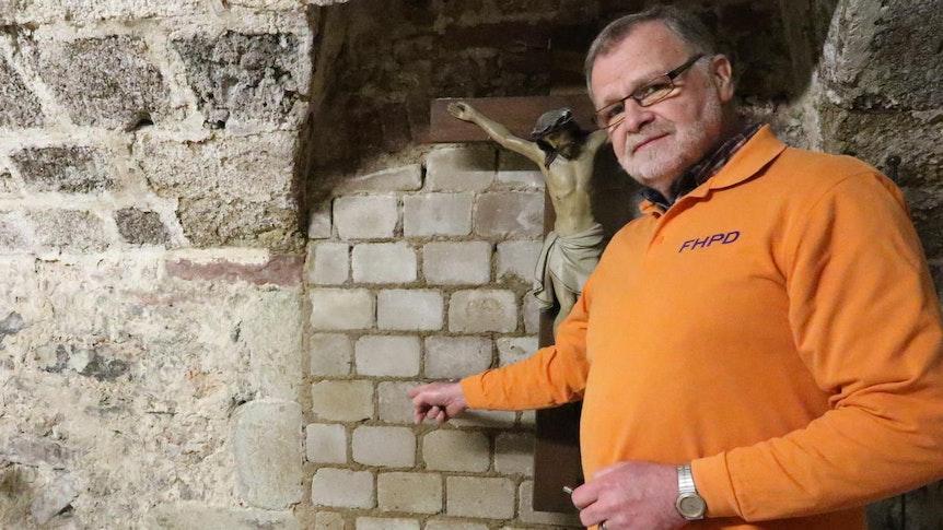 Thomas-Georg Tremblau zeigt zugemauerte Tür im Deutzer Kastell
