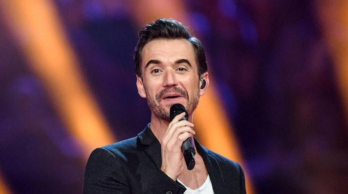 """Florian Silbereisen steht bei """"Schlagerchampions, das große Fest der Besten"""" mit Mikrofon auf der Bühne."""