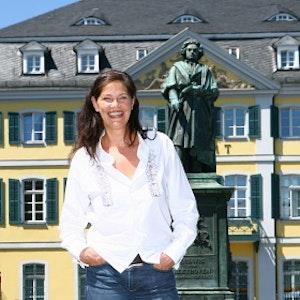 Entspannt im Hier und Jetzt: Rica Reinisch genießt ihr zweites Leben, wie hier vor dem Beethoven-Denkmal in Bonn.