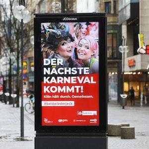 Schildergasse mit Werbung für Karneval in Köln