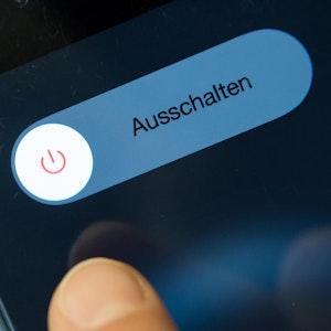 Nutzer schaltet iPhone aus