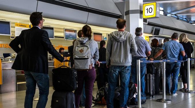 schlange check in flughafen