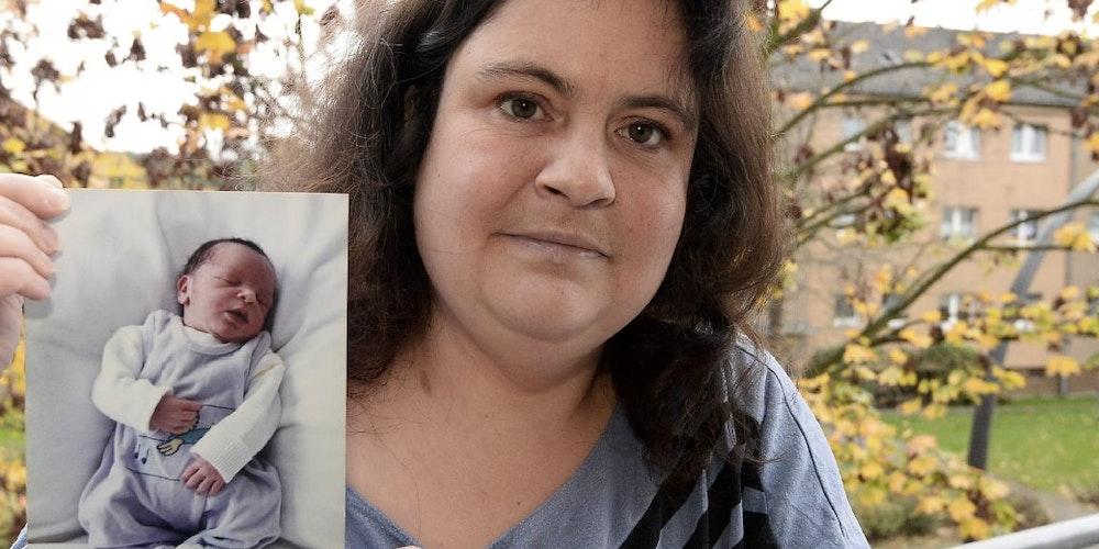 """Monika L. mit dem Foto ihres neugeborenen Sohnes. Nachdem sie vergewaltigt wurde, brachte sie das Kind zur Welt. """"Ich habe nie an eine Abtreibung gedacht"""", sagt sie."""