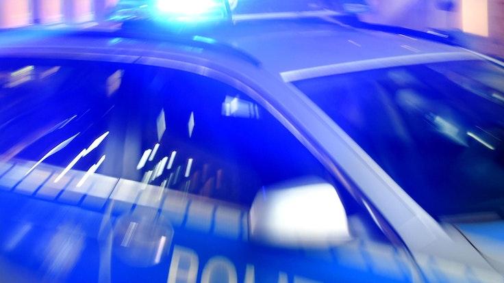 Ein Streifenwagen der Polizei Flensburg am 6.8.2015 mit Blaulicht