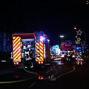 Das Foto zeigt die Kölner Feuerwehr bei einem Einsatz.