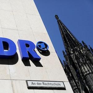 Ein WDR-Logo am Sender-Funkhaus in Köln