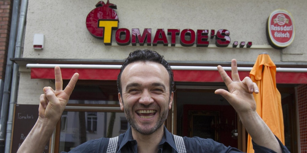 Tomatoes-Inhaber Apo vor seinem Lokal