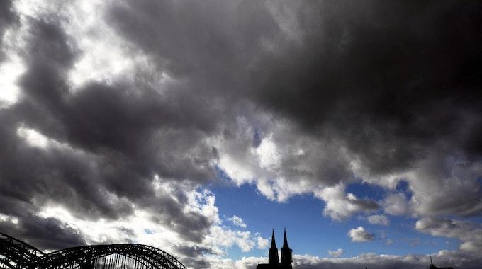 Dichte Wolken über dem Kölner Dom