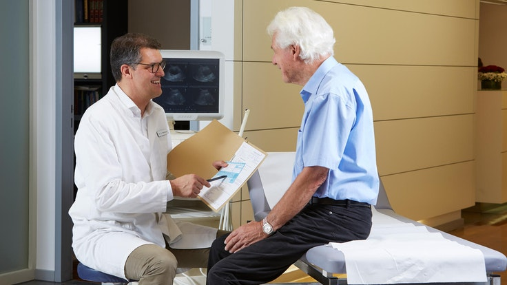 Männer, die unter Beschwerden leiden, sollten einen Facharzt aufsuchen.