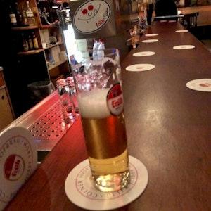 Symbolbild: Ein Bierglas am Tresen im Chlodwig Eck.