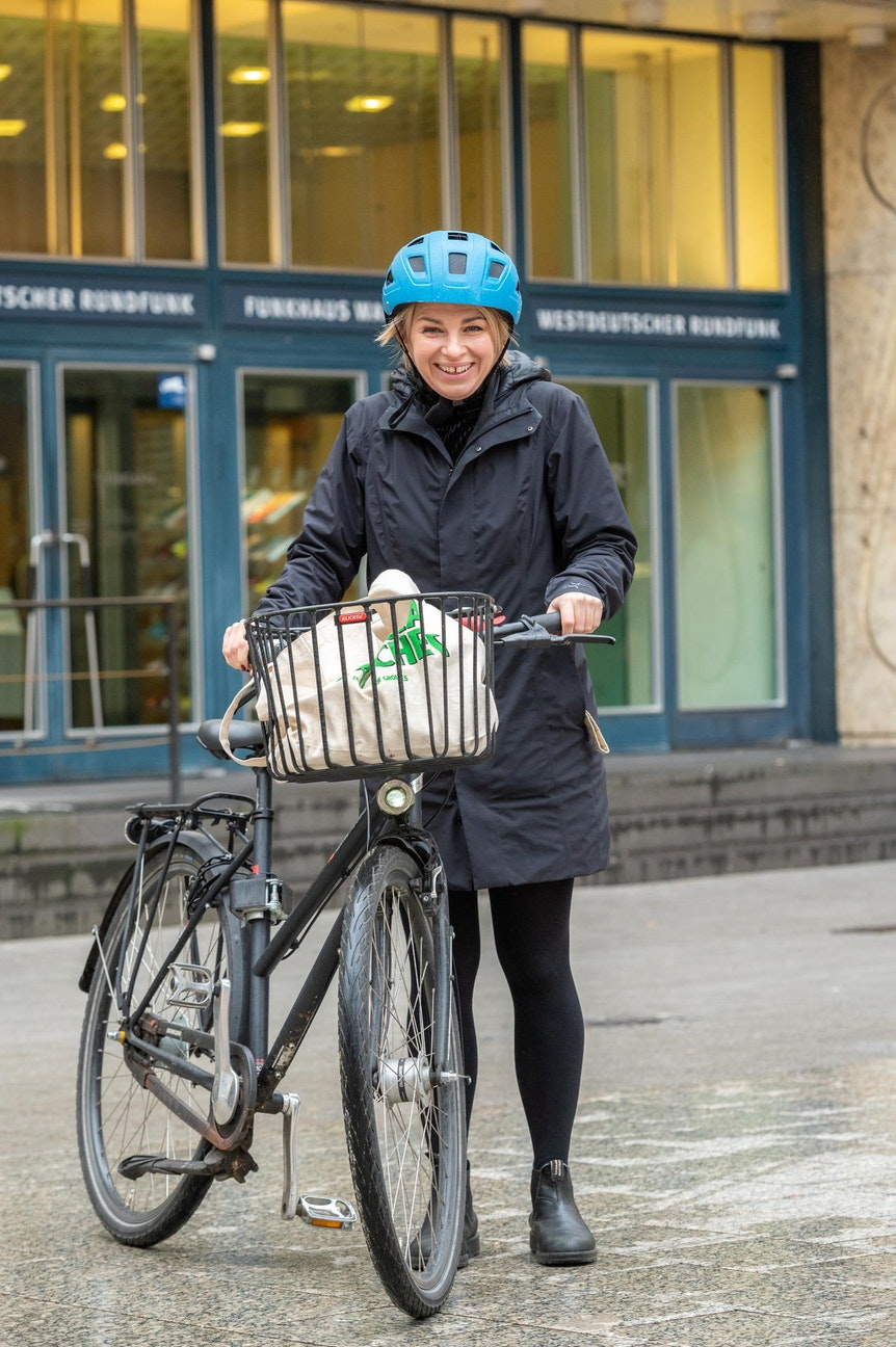 Sabine Heinrich mit ihrem Fahrrad in Köln