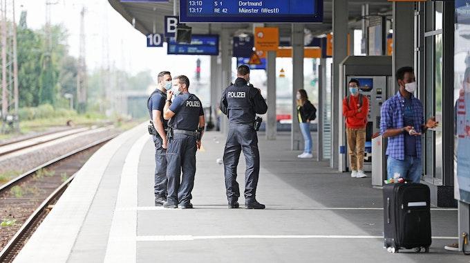 Bundespolizisten stehen im Essener Hauptbahnhof an Bahnsteig 10.