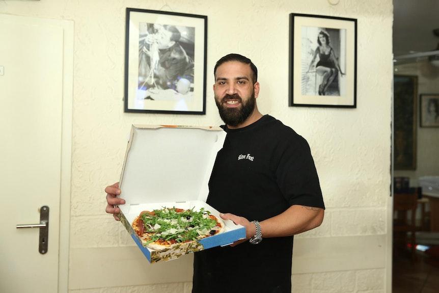Daniel Ligas zeigt Pizza aus seinem Restaurant Santa Maria.