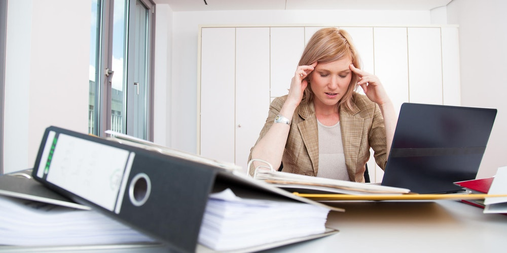 Frau hat Stress im Job